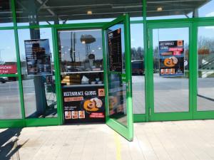 Globus Liberec zahájil prodej teplých jídel přes okénko restaurace