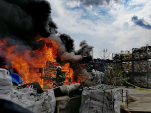 FOTO: Dopoledne zasahovalo šest jednotek hasičů u požáru plastů ve Stráži