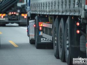 Kamiony stálé objíždí úsek zpoplatněný mýtem. Kraji se zatím nepodařilo průjezd omezit
