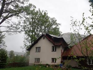 Spadané stromy v Křižanech uvěznily v autě ženu s dítětem. Hasiči měli přes stovku výjezdů