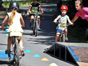 Jak je to s cyklistickými přilbami pro malé cyklisty
