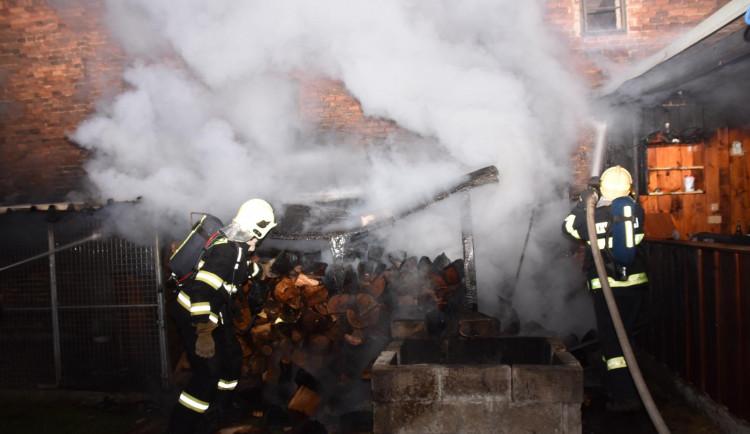 Ve Svoru v noci hořel přístřešek se dřevem. Na místo vyjely tři jednotky