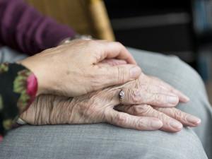Senioři v domovech se opět mohou těšit na návštěvy blízkých, ale za přísných pravidel