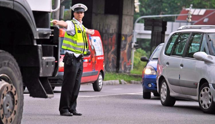 Řidič ve tři odpoledne usnul na křižovatce u Viaduktu. Policistům nadýchal přes čtyři a půl promile