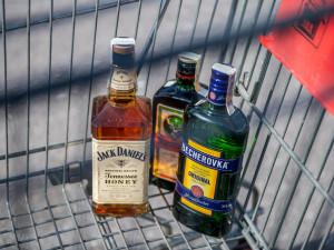 Téměř pětina lidí v nouzovém stavu víc pila alkohol, uvádí průzkum