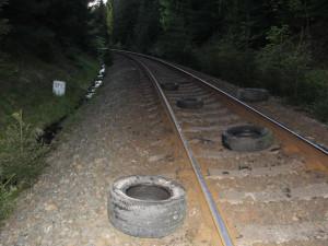 Někdo shodil pneumatiky ze srázu na projíždějící vlak. Policie hledá pachatele