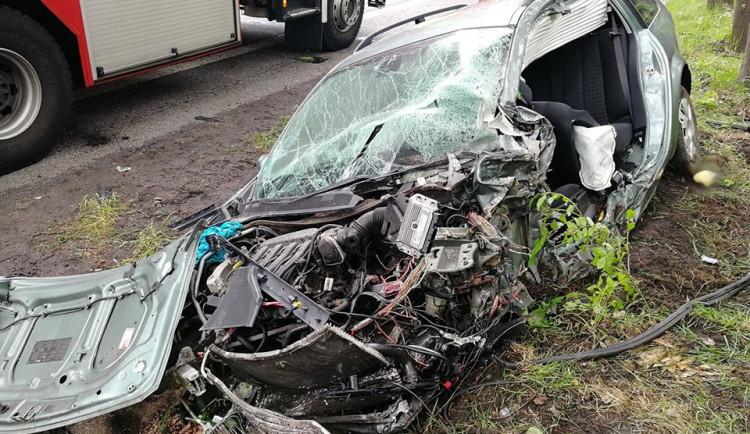 FOTO: Ve Svoru se srazil osobák s kamionem. Zaklíněného řidiče museli hasiči vyprostit
