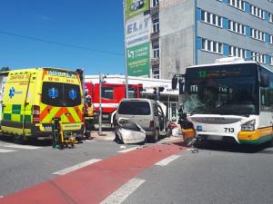 FOTO: Na Horákovce se srazil autobus MHD s osobákem. Zaklíněného řidiče auta museli hasiči vyprostit