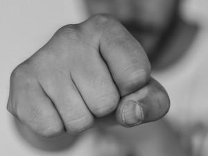 Syn nemohl najít zapalovač, ve vzteku tak vztáhl ruku na vlastní matku