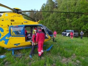 Muž na čtyřkolce narazil do stromu a vážně se zranil. Záchranáři museli do těžko přístupného terénu