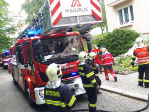 K požáru bytu na Králáku vyjelo několik jednotek hasičů
