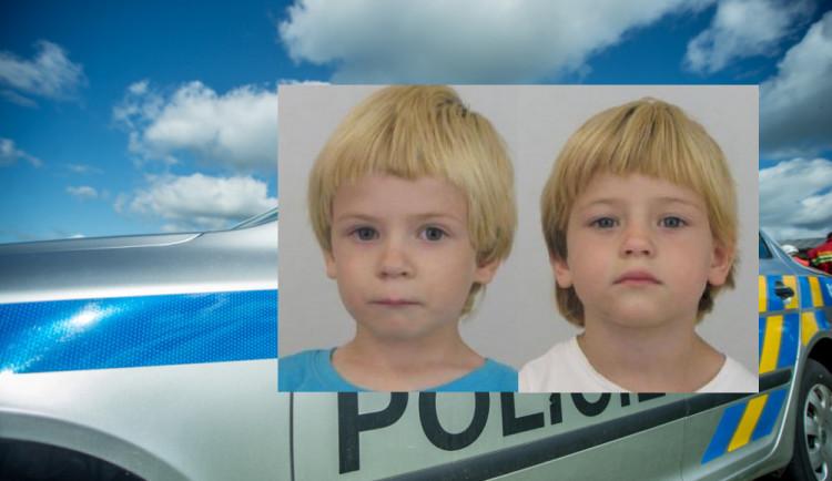 Policisté pátrají po šestiletých dvojčatech Naomi a Nikolasovi