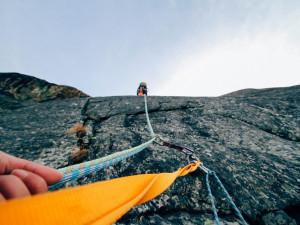 Geologové v horolezeckém vybavení prozkoumali Studniční horu v Krkonoších. Jde o nejcennější botanickou lokalitu v kraji