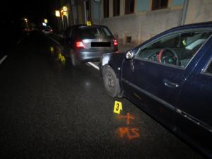 Naboural dvě auta a ujel. Policisté ho našli doma, řidič nadýchal přes tři promile
