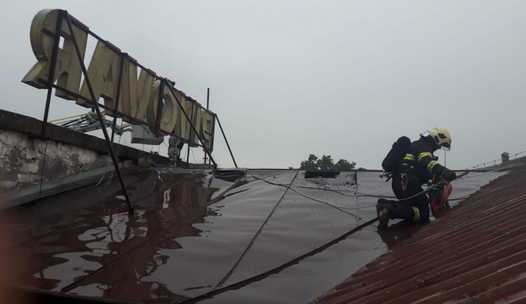 V pivovaru Konrad ve Vratislavicích hořelo. Při zásahu se zranili dva hasiči, jeden propadl střechou