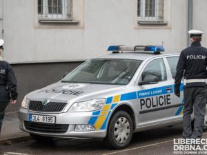 Řidička v Chrastavě na přechodu srazila chlapce. Nejprve zastavila, pak ujela a hledá ji policie