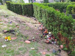 Na hřbitově u krematoria řádili vandalové, poničili pětadvacet hrobových míst