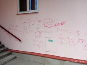 Čmárali na dům liháčem. Vandaly zkrotili až strážníci