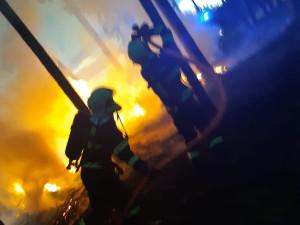 Požár na Mácháči ohrozil sedm chatek, naštěstí všechny zůstaly uchráněné