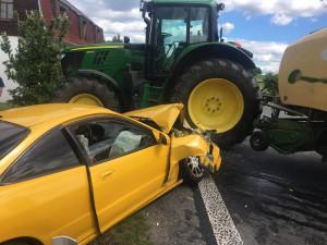 FOTO: V Zákupech se srazil osobák s traktorem, nehoda se obešla bez zranění