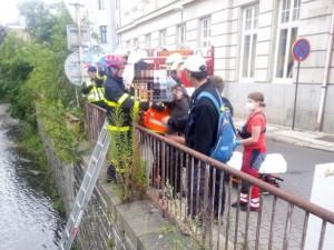 Chlapec uvízl v korytě Nisy v centru Liberce. Lezl si tam pro botu