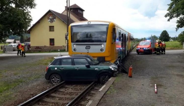 V obci Hrubá Skála se střetl osobák s vlakem, řidič automobilu skončil s lehkým zraněním