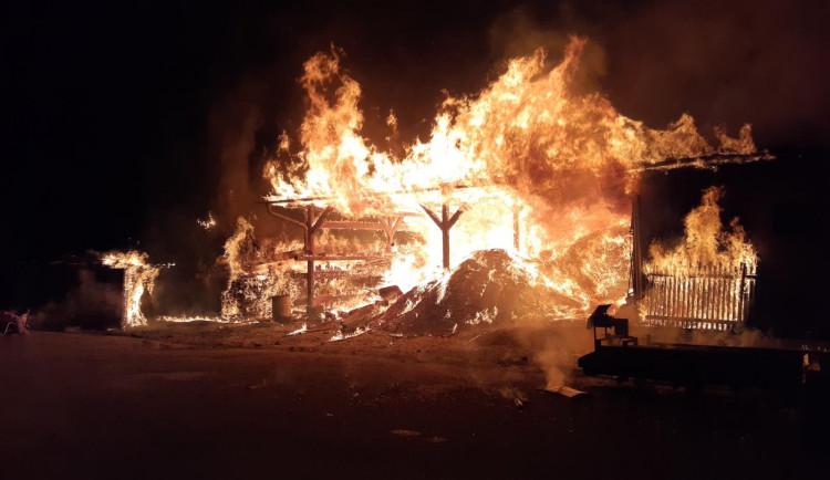 FOTO: V noci byli povoláni hasiči k požáru v Horní Branné. Předběžná škoda byla stanovena na dva miliony