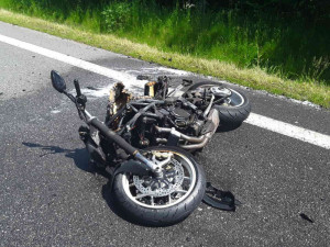 Motorkář cestou z Ještědu nezvládl řízení na mokré vozovce, skončil ve svodidlech