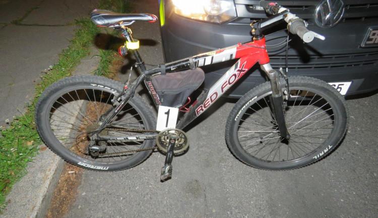 Opilý cyklista nezvládl mírný kopec. S více než 2 promile se neudržel na kole a havaroval
