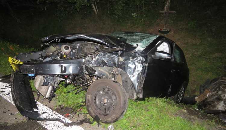 Autu po těžké srážce u Rádla upadl motor, řidič i řidička skončili v nemocnici
