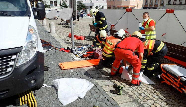 Řidič při couvání na náměstí v Jablonci srazil chodkyni. Hasiči ji museli vyprostit