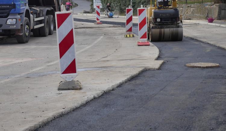 V pondělí začne oprava silnice ke Globusu. Frézovat se bude večer