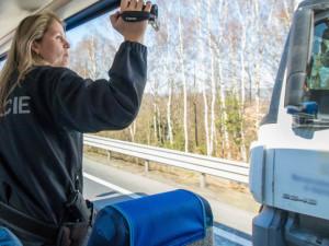 Pásy a telefonování. Policisté se zaměřili na řidiče náklaďáků ze speciálního autobusu