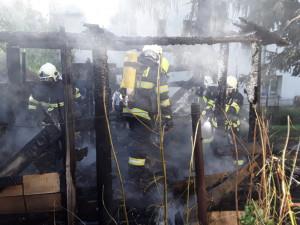 Sedm jednotek hasičů zasahuje u požáru chatky