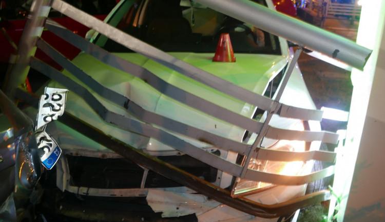 Pod vlivem drog, alkoholu a se zákazem řízení ujížděl před policií. Stihl poškodit sedm aut