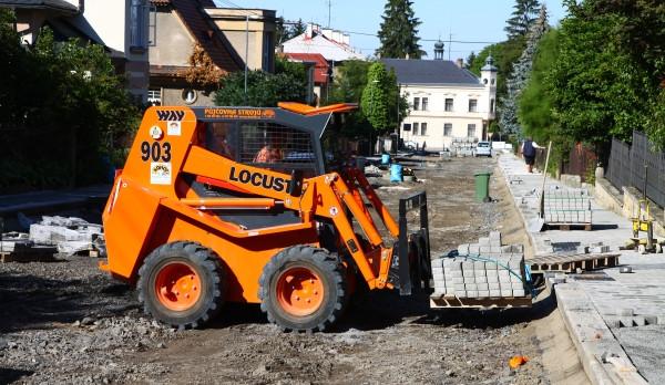 Rekonstrukce ulice Komenského se blíží ke konci. Na dalších místech v Turnově se ale stále pracuje