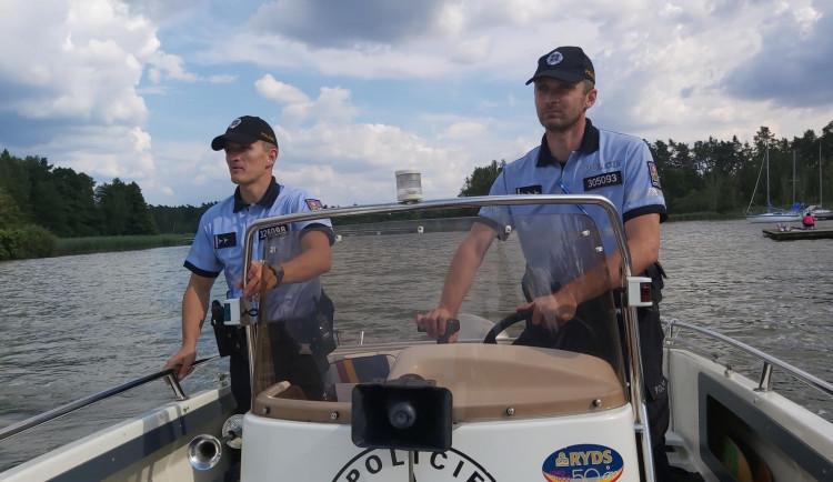 Zmizelí mladící, více krádeží. Policisté při namátkové kontrole na Mácháči využili i člun