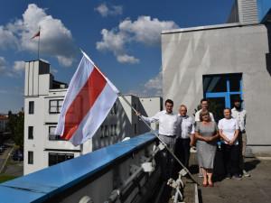 Na Krajském úřadě visí vlajka Běloruska jako symbol úcty k obětem nedávných událostí