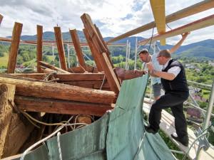 V Hejnicích bojují o záchranu věže nad kupolí hejnického chrámu, špatný stav odhalili náhodou