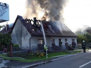 Hasiči zasahují u požáru rodinného domu v Hodkovicích