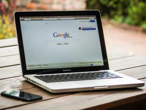 Češi na Googlu v létě nejvíc hledali dovolenou v Česku, počasí nebo koronavirus