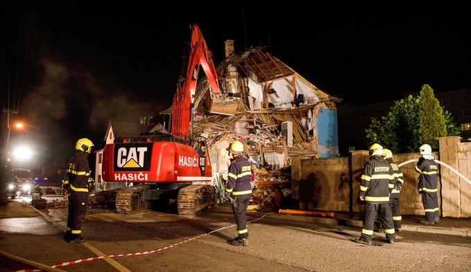 Na Františkově se zřítila část rodinného domu, v noci proběhla řízená demolice