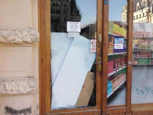 Zloděj rozbil skleněné dveře večerky u radnice a kradl. Poté nadýchal přes dvě a půl promile