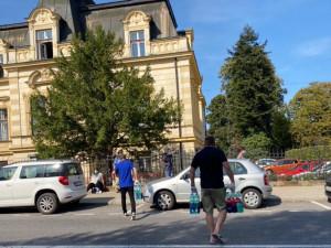 Hodiny ve frontě na test. Lidé ve vedru čekali na ulici