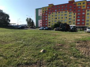 Vyšlapanou cestičku na sídlišti Lada nechá Česká Lípa předělat na chodník