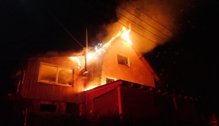Víkendové noční požáry. Hořel rodinný dům i garáž