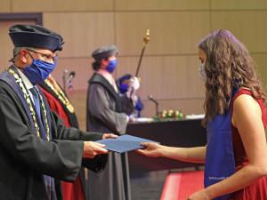 Promoce na liberecké univerzitě jsou v rouškách a bez podání ruky