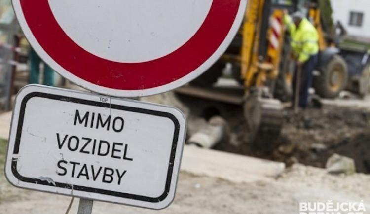 Silnice ze Cvikova do Lindavy měla být již opravena, místo toho nabírá zpoždění