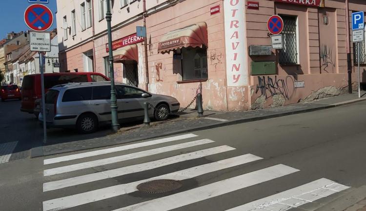 Při cestě do školy přejelo auto školačce nohu. Po řidiči pátrá policie