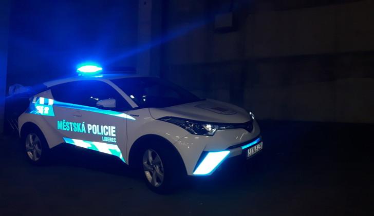 Opilec tancoval u auta, strážníci si na něj počkali a za chvilku ho potkali za volantem